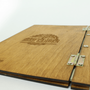 הקשר בין דלתות עץ יוקרתיות לבין חיתוך בלייזר דלתות יוקרה בטכנולוגיית חיתוך עץ בלייזר